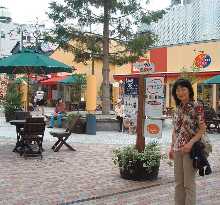 青森駅前のバサージュ広場