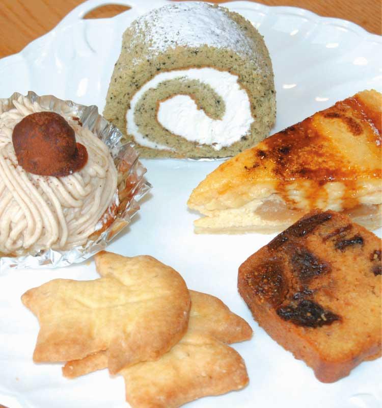 マザーグースのロールケーキとアップルシブーストとフルーツケーキと葉っぱのクッキーとマロンケーキ