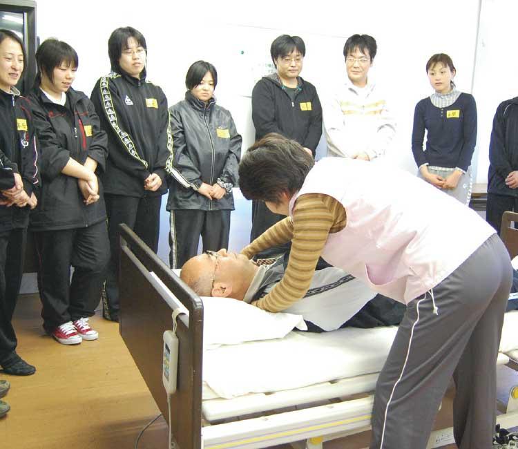 介護実習を行っているヘルパー講師