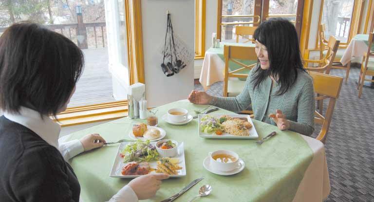 ホテルクロフォード・イン大沼でランチを食べている女性たち