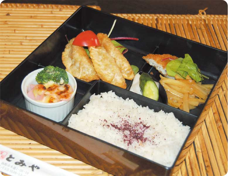 魚肉ソーセージと緑の野菜のみそマヨネーズグラタンが入ったお弁当