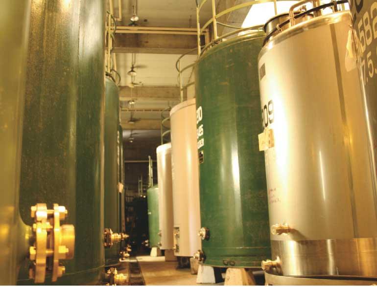 はこだてわいん工場にある大きなワイン貯蔵タンク