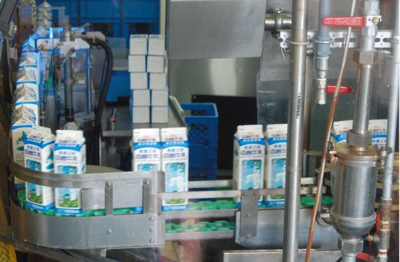 函館酪農公社工場の牛乳パック詰め行程