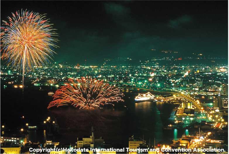 函館山からみた港祭りの花火大会