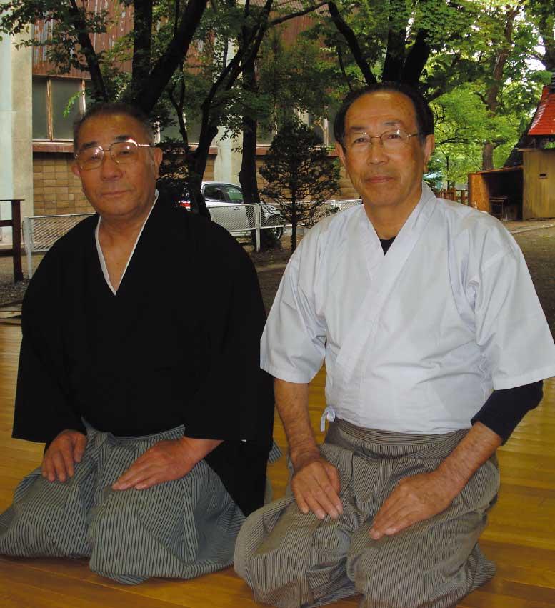 弓道指導者の荒木文夫さんと格口志郎さん