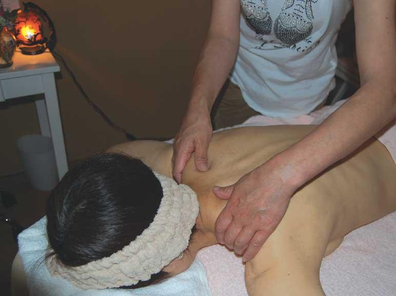 リラクゼーションサロン茉莉花でアロママッサージを受けている女性