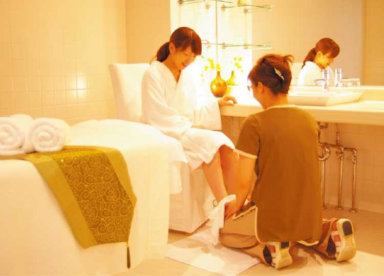 ヴィラコンコルディア・リゾート&スパでフットスパを受けている女性