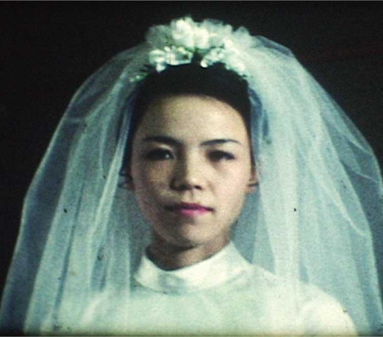 古いフィルに写ってたウェディングドレスを着た女性