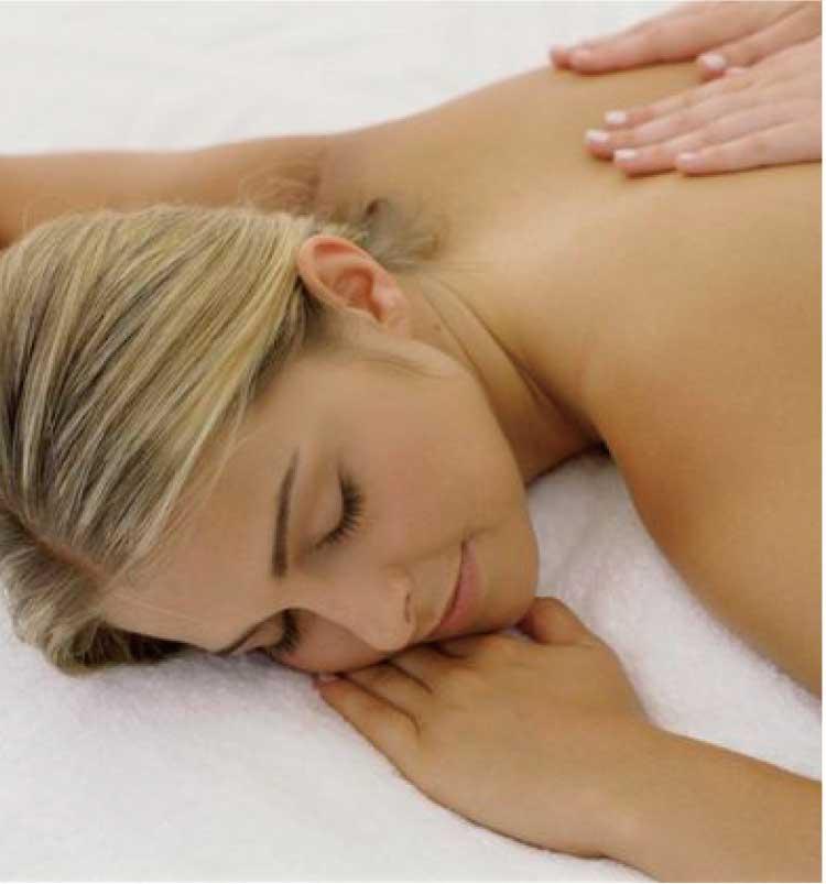 ホテルリソル函館内ラクシスでアロマセラピーを受けている女性