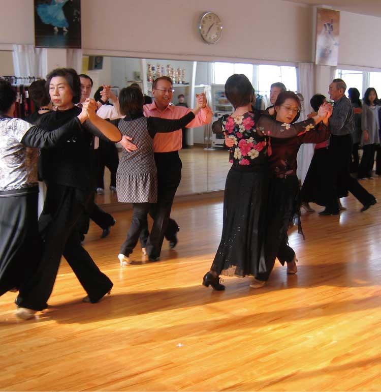 ダンススクールいのまたでレッスンを受ける生徒たち