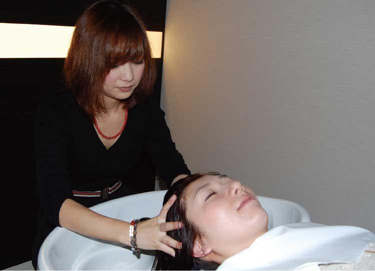 ポール沢田アチカのヘッドスパを受けている女性