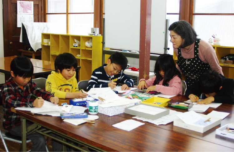 函館YWCA造形教室で絵を描いている子供たち
