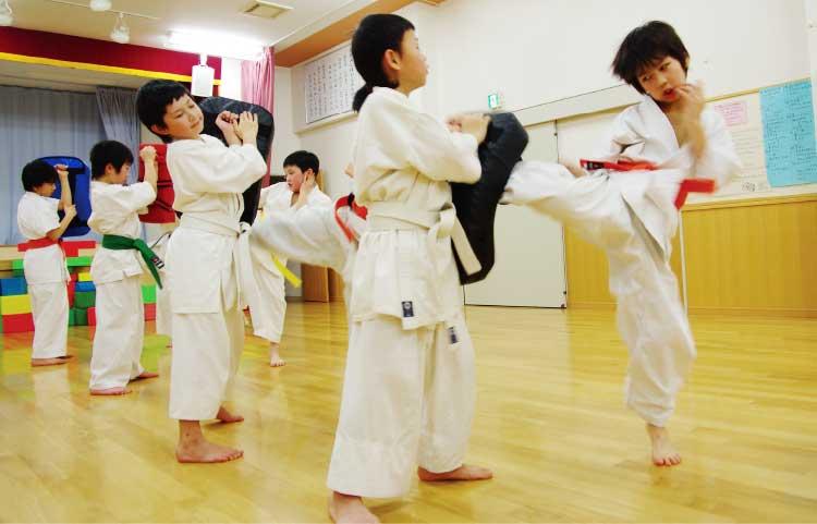 鉄拳道流空手拳法極限館でミット打ちをしている子供たち