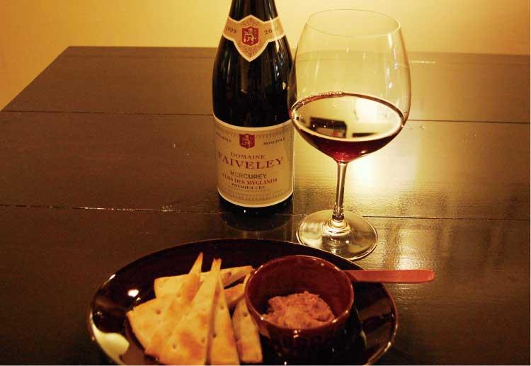 ラ・プティ・カーヴの自家製パテ 素焼きフォカッチャ付きとワイン