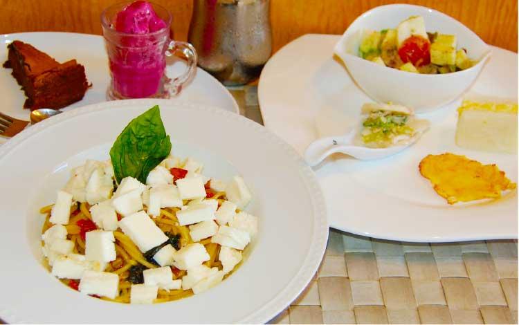 スパゲッティ屋於のイタリア産モッツァレラチーズとドライトマトのペペロンチーノ