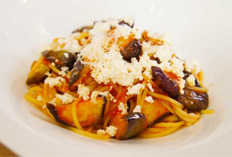 アンティカオステリア デルアルバのリコッタチーズを散らした秋茄子とトマトのスパゲッティ