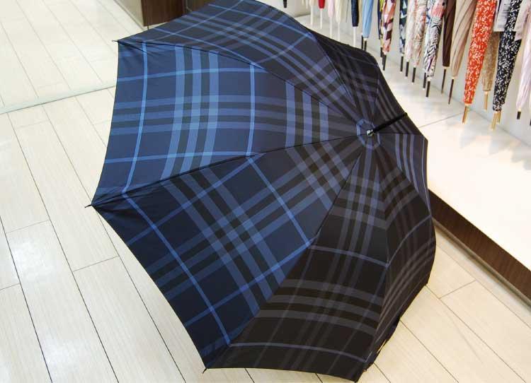 バーバリーの青い傘