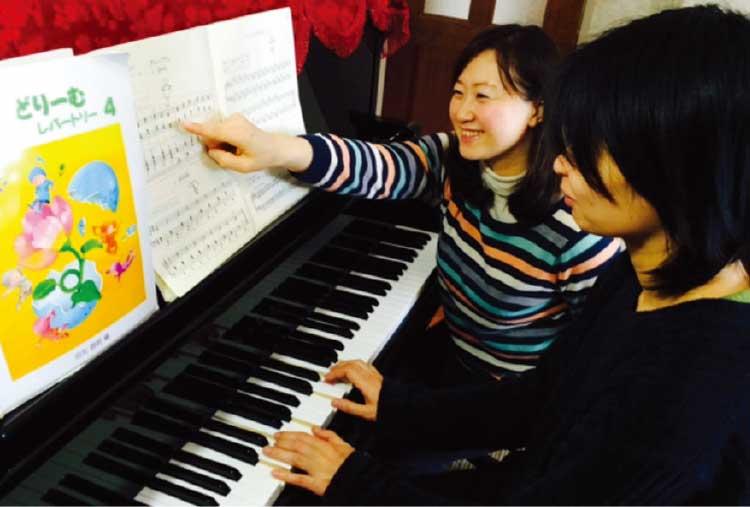 本多依子ピアノ教室でピアノを教わっている女性