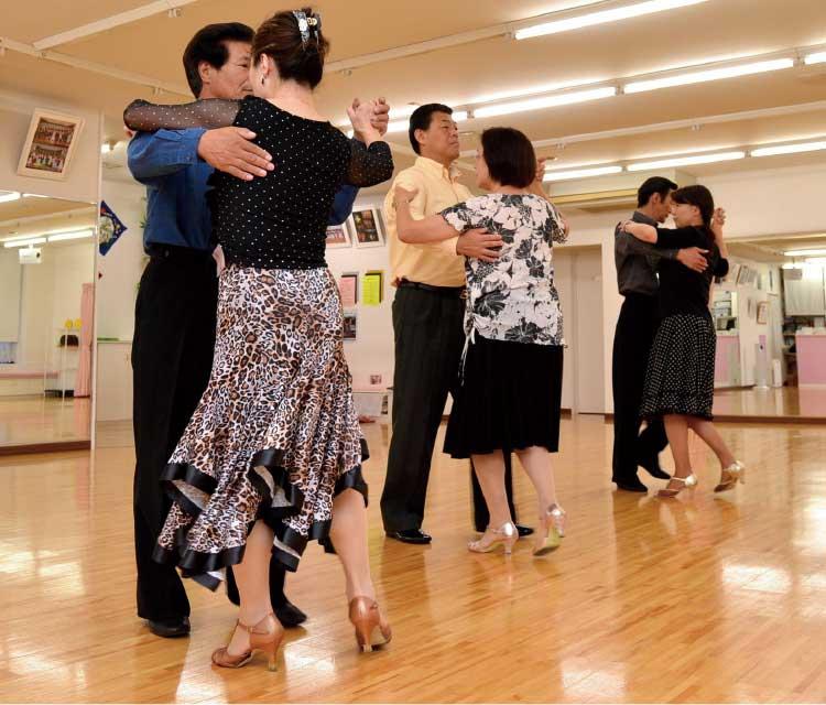ダンス・スタジオ滝澤でレッスンを受けている生徒たち