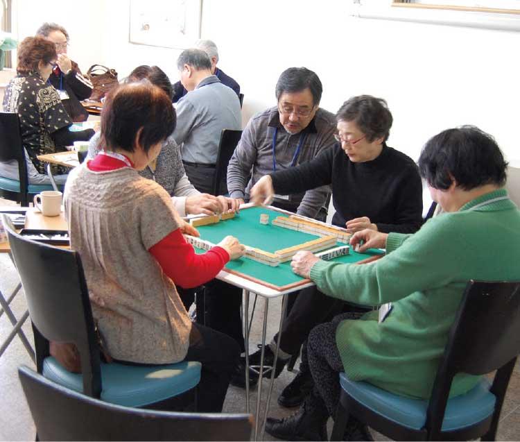 シニアサロン クローバーで麻雀をしている高齢者達