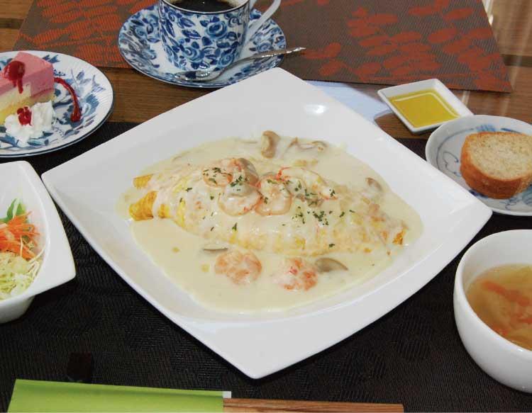 びすとろれんのオムライス、海老と蟹のクリームソース