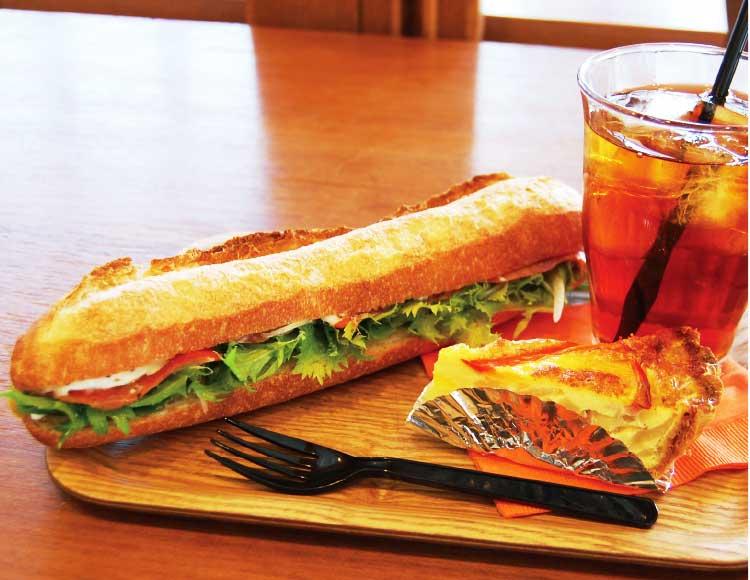 グルマンカンタのスモークサーモンとバゲットのサンドイッチ