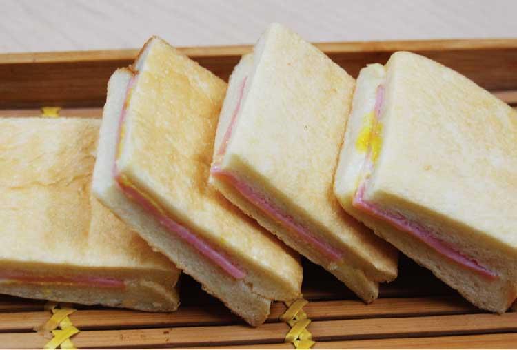 ベーカーズファクトリーブレスの食パンサンドイッチ