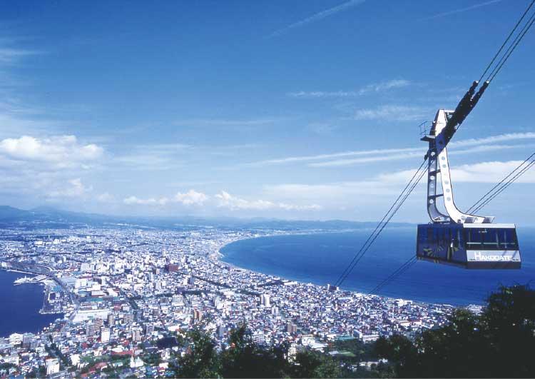 函館山から見たロープウェイと函館の町並み