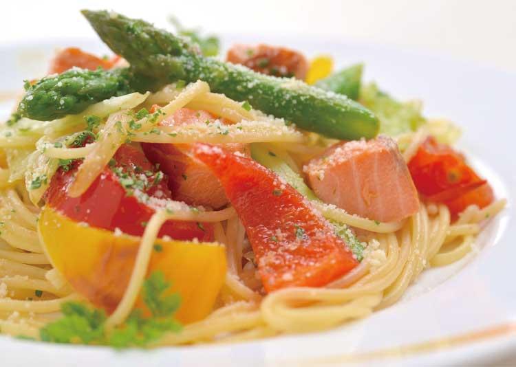 レストランウイニングの鮭と夏野菜のパスタ