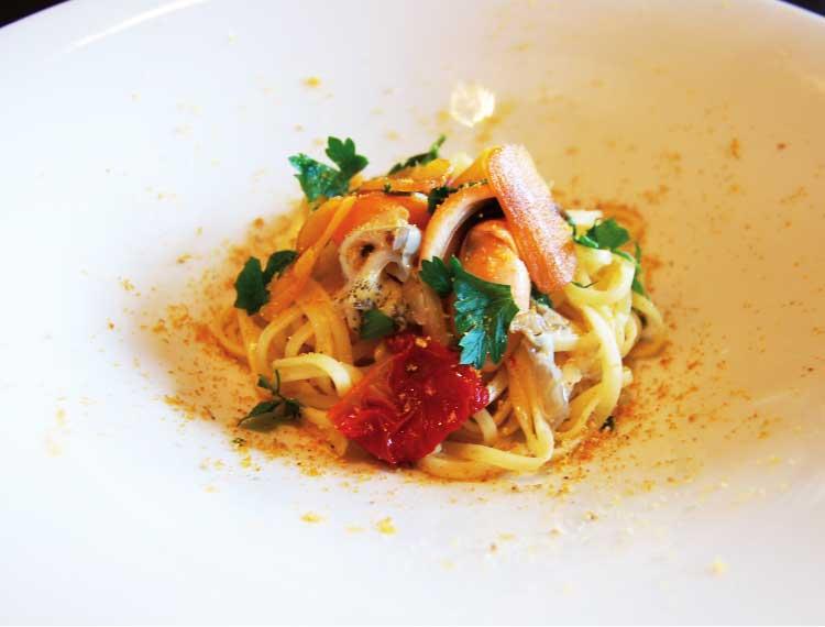 ダイニング草彅のツブ貝と季節野菜とからすみのパスタ