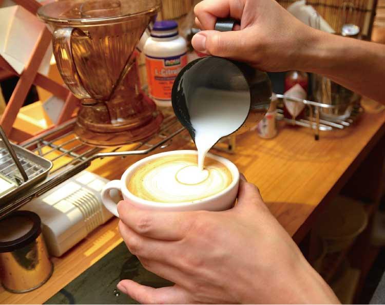 カプチーノを作っているクローバーコーヒーカンパニーのマスター