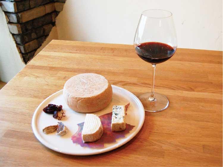 シャトー・ド・ラ・ポンプのチーズ盛り合わせとワイン