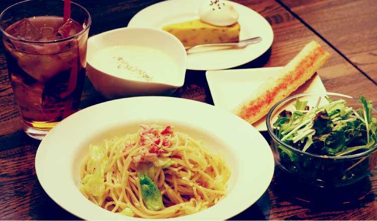FOODING CAFE esのランチメニュー「ズワイガニと春キャベツのプレーンパスタ」