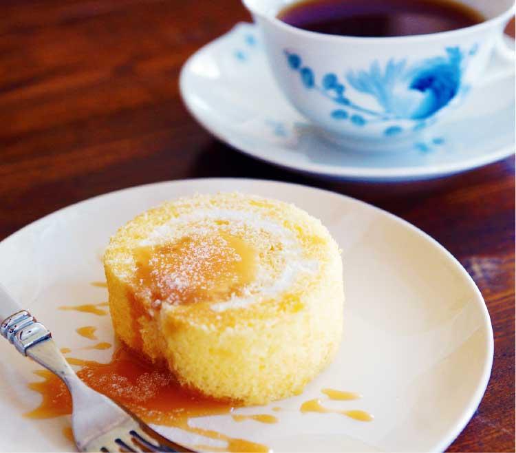 焙煎豆工房珈琲物語のロールケーキとコーヒー