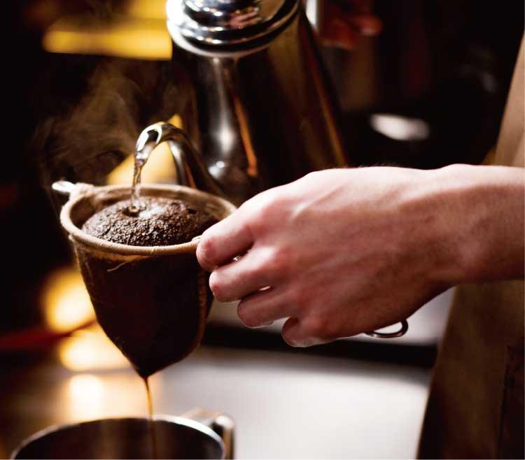 bar-del CLOEでコーヒーを作っているオーナー