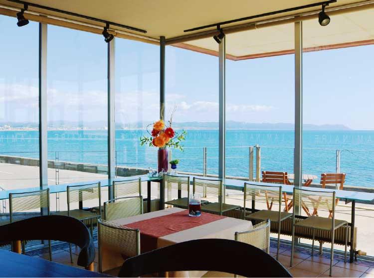 カフェ・ラミネールのテラス席から見える海