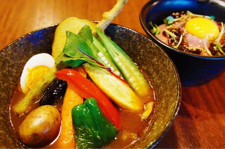 スープカリー奥芝商店の自家製ローストビーフ丼とプレミアム野菜カレー