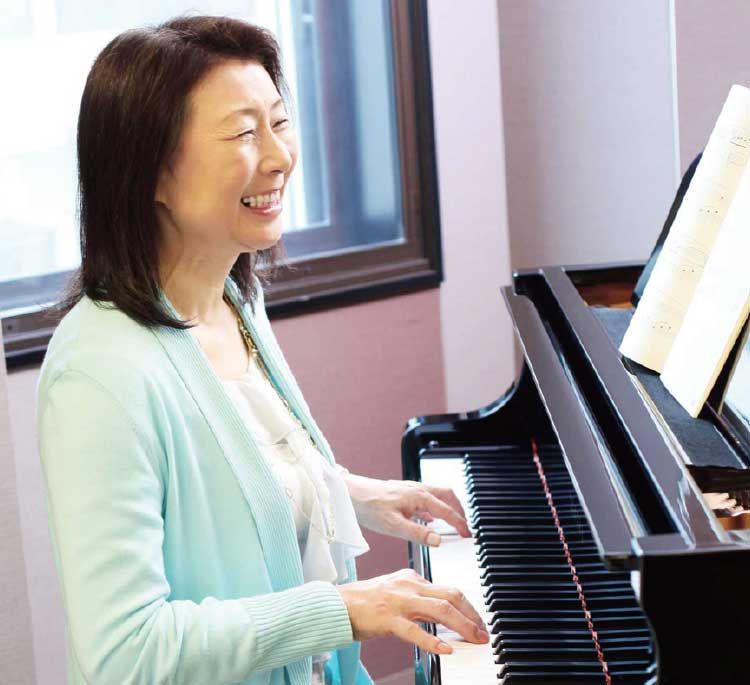 ヤマハミュージックリテイリング函館店でピアノ・レッスンを受ける女性