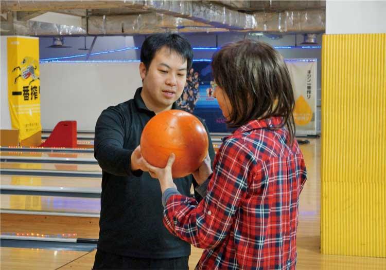 ボウル・サンシャイン函館 インストラクターの指導を受ける生徒