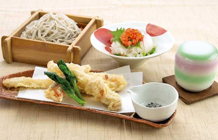そば・食事処 のとや「マコモダケの天ぷらと鮭トロご飯セット」