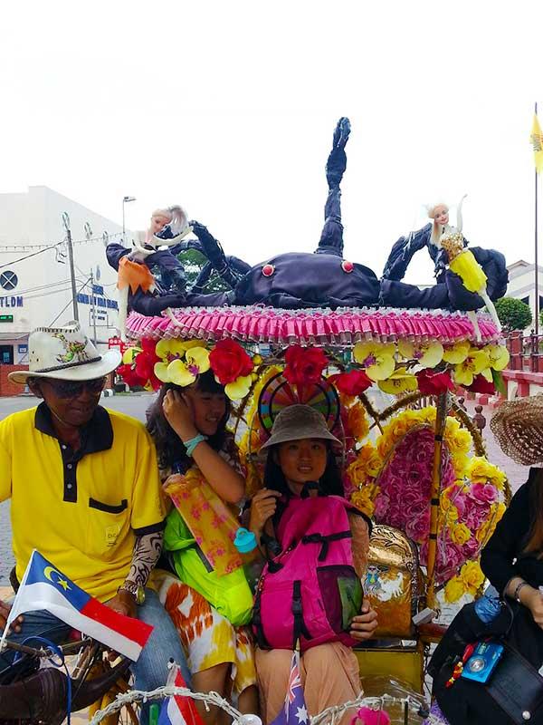トライショーに乗ってる日本人観光客