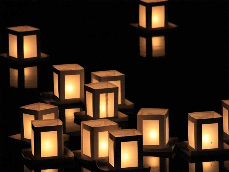 奥尻の賽の河原祭で行われる灯篭流し